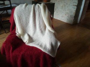 plaid tricote en mohair ecru et rouge